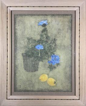 青い花のある卓上